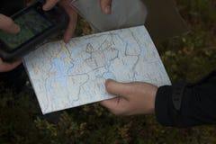 Karte GPS gehalten in den Händen Lizenzfreie Stockfotografie