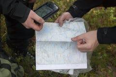 Karte GPS-Hände Lizenzfreie Stockfotografie