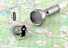 Karte, Kompaß und Taschenlampe Lizenzfreies Stockfoto