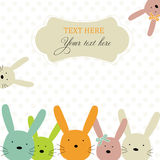 Karte mit bunten Kaninchen Stockbilder