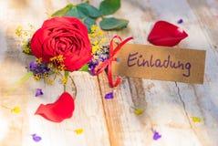 Karte mit deutschem Wort, Einladung, bedeutet Einladung mit romantischen Blumen stockbilder