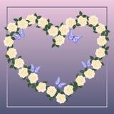 Karte mit einem Herzen von sahnigen Rosen Stockfotografie
