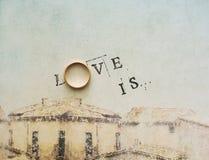Karte mit einer Aufschrift - Liebe Ist Lizenzfreies Stockfoto