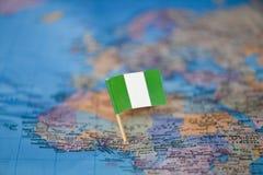 Karte mit Flagge von Nigeria stockfotos