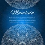 Karte mit Glühenmandala Blaue Einladungskarte Lizenzfreie Stockfotos