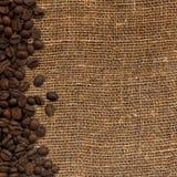 Karte mit Kaffeebohnen auf Hintergrund vom Rausschmiß Lizenzfreies Stockfoto