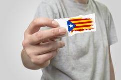 Karte mit Katalonien-Flagge in der Hand Lizenzfreie Stockfotos