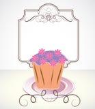 Karte mit kleinem Kuchen und Blumen Lizenzfreie Stockbilder