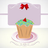 Karte mit kleinem Kuchen und Bogen Stockbilder