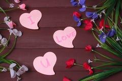 Karte mit Mitteilungs-Liebe Sie auf dem Buchstaben auf hölzernem Hintergrund Stockfotos