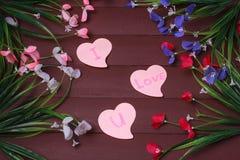 Karte mit Mitteilungs-Liebe Sie auf dem Buchstaben auf hölzernem Hintergrund Stockfotografie