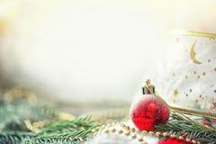 Karte mit Niederlassungen der Fichte, des Weihnachtsballs, des Bördelns, des Packbands und der Kopie Hintergrund des neuen Jahres stockfoto
