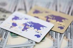 Karte mit Plastikkreditdollar M?nzen in den Stapeln, getrennt auf Wei? stockfotos