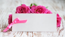 Karte mit Rosen auf dem Tisch Stockbilder