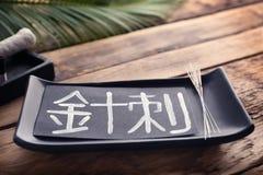 Karte mit Wort AKUPUNKTUR in Chinesisch und in den Versorgungen lizenzfreie stockfotos