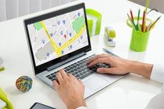 Karte Person Usings GPS auf Laptop Stockfotos