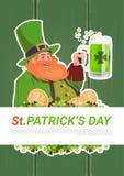 Karte St. Patricks Tagesmit Kobold-trinkendem Bier auf grünem hölzernem Hintergrund Stockfotografie