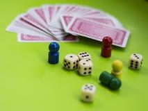 Karte und Brettspielelemente lizenzfreie stockbilder