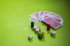 Karte und Brettspielelemente stockfotos