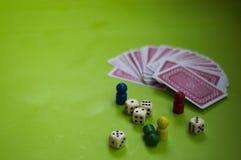 Karte und Brettspielelemente stockfoto