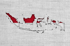 Karte und Flagge von Indonesien auf altem Leinen stockfotos