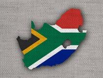 Karte und Flagge von Südafrika auf altem Leinen stockfotos