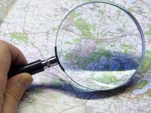 Karte und Vergrößerungsglas lizenzfreie stockfotos