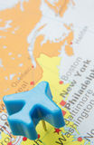 Karte von Amerika mit vorbildlichem Push Pin Plane Over New York Stockfotografie