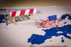 Karte von Amerika und von EU trennte sich mit einer Sperre lizenzfreie stockbilder