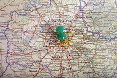 Karte von Moskau mit Druckbolzen Stockfotos