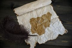Karte von Nigeria auf Weinlesepapier mit altem Stift auf dem h?lzernen Beschaffenheitsschreibtisch lizenzfreie stockbilder