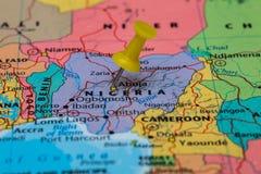 Karte von Nigeria mit einem gelben Druckbolzen fest stockbild