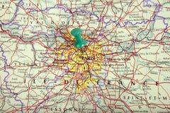 Karte von Paris mit Druckbolzen Stockbild