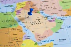 Karte von Saudi-Arabien mit einem blauen Druckbolzen fest lizenzfreie stockfotos