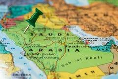 Karte von Saudi-Arabien mit einem grünen Druckbolzen fest stockbilder