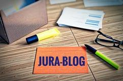 Karteikarten mit Rechtsfragen mit Gläsern, Stift und Bambus mit dem deutschen Wort Jura-Blog im englischen Gesetz-Blog Stockfoto