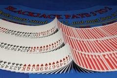 Karten auf Blackjacktabelle im Kasino Stockbilder