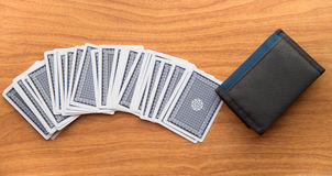 Karten auf dem Holztisch mit Geldbörse Stockfoto