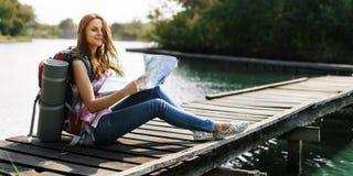 Karten-Bestimmungsort-Richtungs-Weg-Reise-Reise-Wanderungs-Konzept stockbild