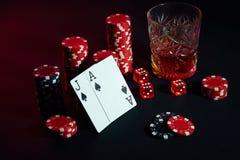 Karten des Pokerspielers Sind auf dem Tisch Chips und ein Glas des Cocktails mit Whisky Karten - Ace und Jack Lizenzfreies Stockbild