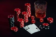 Karten des Pokerspielers Sind auf dem Tisch Chips und ein Glas des Cocktails mit Whisky Karten - Ace und Jack Stockbild