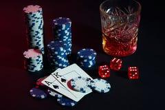 Karten des Pokerspielers Sind auf dem Tisch Chips und ein Glas des Cocktails mit Whisky Karten - Ace und König Lizenzfreie Stockfotos