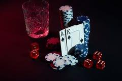 Karten des Pokerspielers Sind auf dem Tisch Chips und ein Glas des Cocktails mit Whisky Karten - Ace und König Stockbild