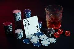 Karten des Pokerspielers Sind auf dem Tisch Chips und ein Glas des Cocktails mit Whisky Karten - Ace und König Lizenzfreies Stockbild