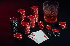 Karten des Pokerspielers Sind auf dem Tisch Chips und ein Glas des Cocktails mit Whisky Karten - Ace und König Stockfoto