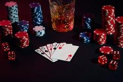 Karten des Pokerspielers Sind auf dem Tisch Chips und ein Glas des Cocktails mit Whisky Kombination von Karten Stockbilder