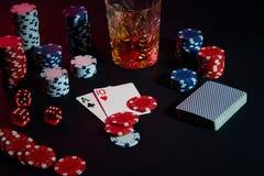 Karten des Pokerspielers Sind auf dem Tisch Chips und ein Glas des Cocktails mit Whisky Kombination von Karten Lizenzfreies Stockbild