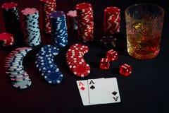 Karten des Pokerspielers Sind auf dem Tisch Chips und ein Glas des Cocktails mit Whisky Kombination von Karten Lizenzfreie Stockfotos