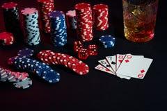 Karten des Pokerspielers Sind auf dem Tisch Chips und ein Glas des Cocktails mit Whisky Kombination von Karten Stockfotografie