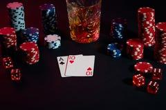 Karten des Pokerspielers Sind auf dem Tisch Chips und ein Glas des Cocktails mit Whisky Kombination von Karten Lizenzfreies Stockfoto